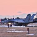 写真: 雪解け残る夕暮れの厚木基地 ナイト訓練へVFA102D-BACKS NF106  20180125