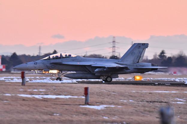 雪解け残る夕暮れの厚木基地 ナイト訓練へVFA102D-BACKS NF113  20180125
