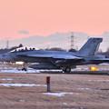 写真: 雪解け残る夕暮れの厚木基地 ナイト訓練へVFA102D-BACKS NF113  20180125