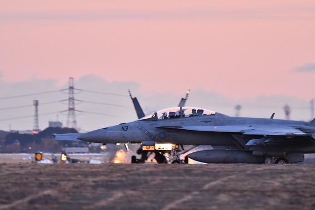 夕暮れの厚木基地 ナイト訓練へVFA102D-BACKS滑走路へ 20180125