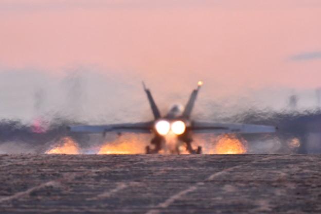 夕暮れの厚木基地 VFA102D-BACKS アフターバーナーテイクオフ20180125