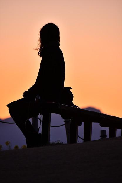 夕焼けの女性のシルエット。。吾妻山公園 20180204