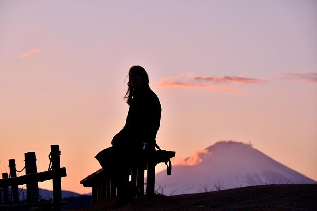 富士山のシルエットと女性シルエット 吾妻山公園 20180204