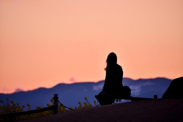 夕焼けのスクリーンに女性シルエット。。吾妻山公園 20180204