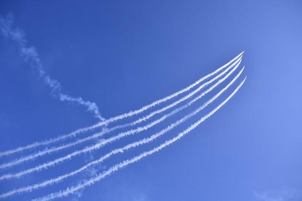 写真: 芦屋基地航空祭予行練習ブルーインパルス 上昇へ デルタロール