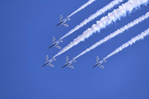 写真: 芦屋基地青空をブルーインパルス ワイドトゥデルタロール(1) 20180217