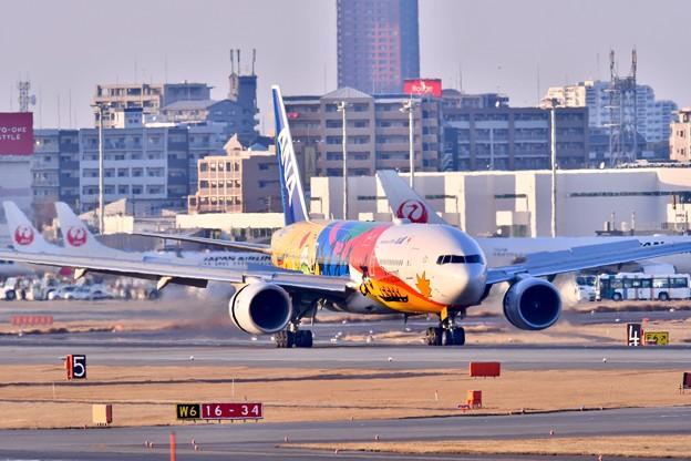 夕暮れの福岡空港。。東京からの到着便ANA オリンピックジェット 20180217