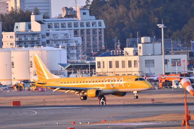 夕暮れの福岡空港。。黄金色にFAD機 20180217