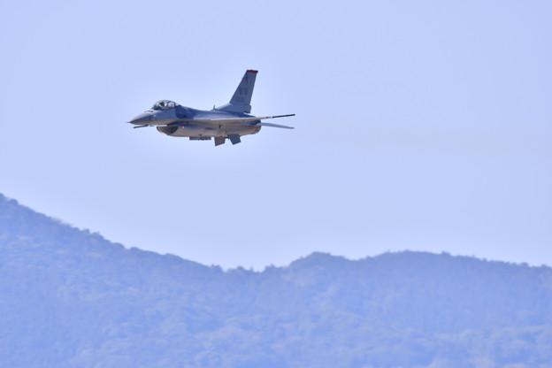 写真: 芦屋基地航空祭。。度肝を抜いたF-16デモチーム挨拶代りの超低空パス(1)