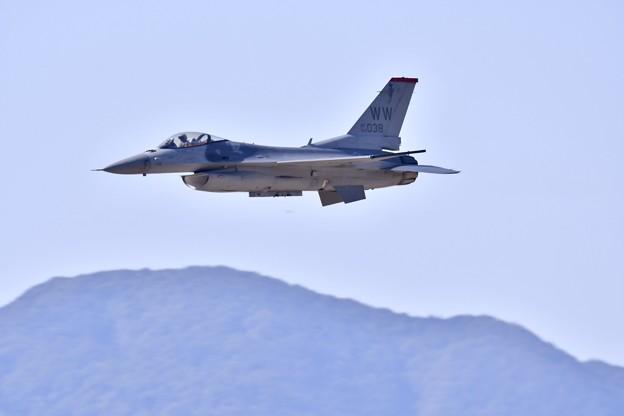 写真: 芦屋基地航空祭。。度肝を抜いたF-16デモチーム挨拶代りの超低空パス(2)