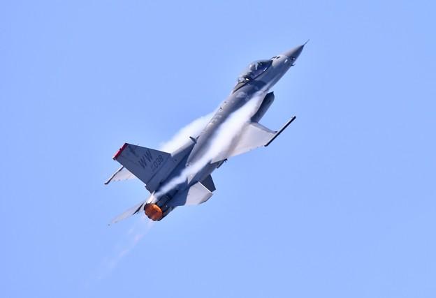 芦屋基地航空祭。。F-16パイロット タッグネイムパンチさんのデモストレーション飛行