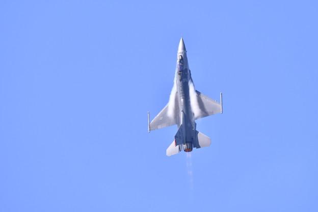 芦屋基地航空祭。。F-16ロケットの様な垂直飛行