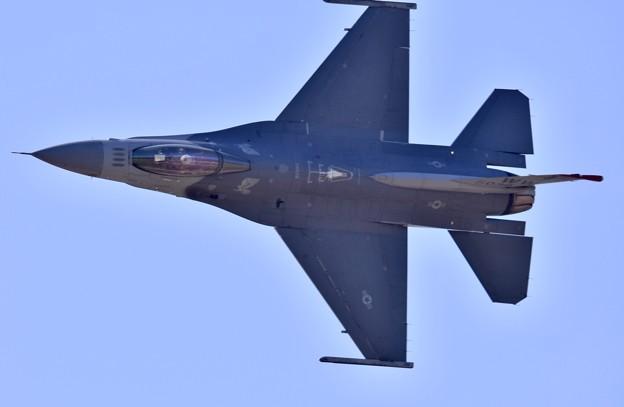 芦屋基地航空祭 三沢のF-16デモチーム 鋭いナイフエッジ20180218