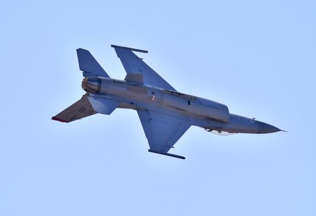芦屋基地航空祭。。逆光の中F-16ローリング飛行 20180218