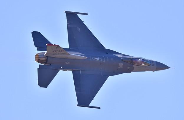 芦屋基地航空祭。。逆光の中F-16デモチーム ディリケーションパス(1) 20180218