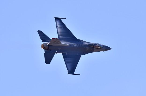 芦屋基地航空祭。。逆光の中F-16デモチーム ディリケーションパス(2) 20180218