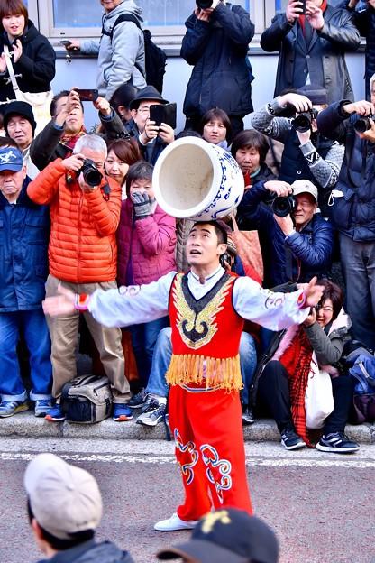 横浜中華街春節。。重い壺を回す男。。雑技 20180224