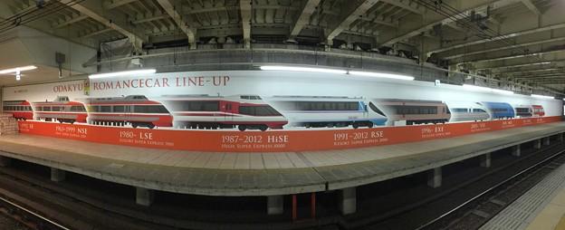 小田急新宿駅ホームにあるロマンスカーの歴史を魚眼で。。20180303
