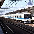 複々線化の小田急線区間走る8000系 20180304