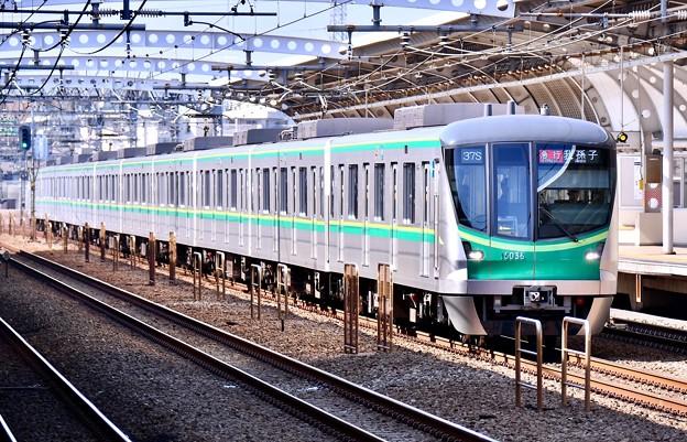 小田急線喜多見駅。。複々線区間駆け抜けるメトロ千代田線16000系 20180304