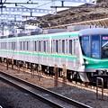 写真: 小田急線喜多見駅。。複々線区間駆け抜けるメトロ千代田線16000系 20180304