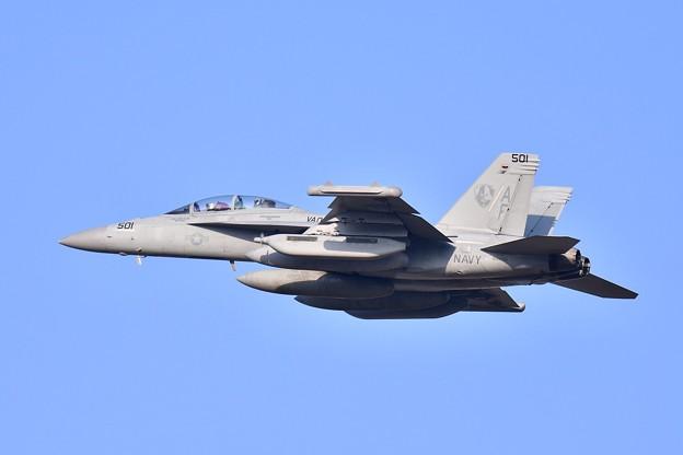 夕暮れの横田基地 三沢へ帰投 ベイダーVAQ209 AF501 ランウェイ36 20180311