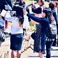 写真: 小石川後楽園。。見中で枝垂れ桜を撮影するカメラ女子達 20180325