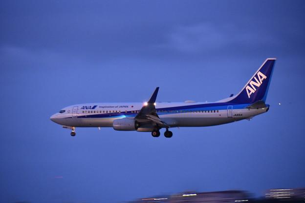 撮って出し。。陽も落ちて瀬長島ANA B737 那覇空港へアプローチ 6月17日