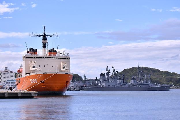 オレンジの船体 逸見岸壁接岸された砕氷艦しらせ 20180415