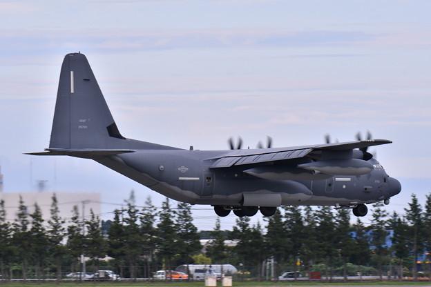写真: 撮って出し。。台風避難で嘉手納から横田へMC-130 アプローチ 7月8日