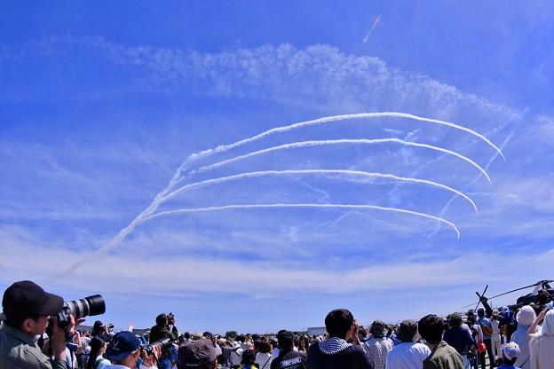 静浜基地航空祭。。ブルーインパルス綺麗なループ描いて 20180520