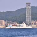 関門海峡渡る水上船から見える門司港とスーパーヨットA 20180602