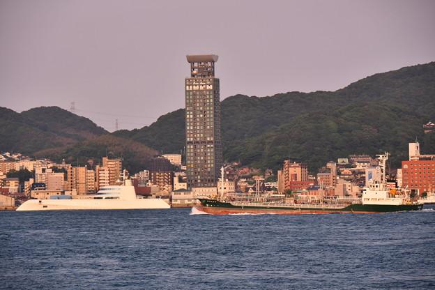 Photos: 下関市側から見る関門海峡 門司港停泊中 護衛艦ひゅうが 20180602