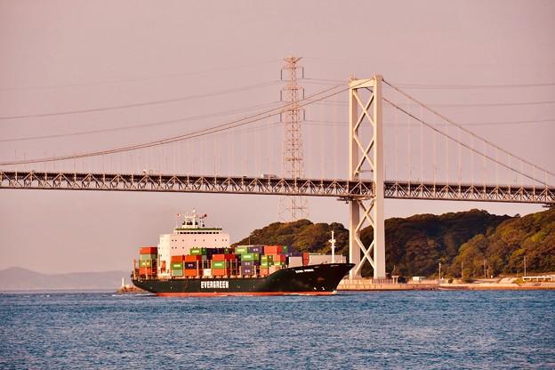 夕暮れの関門海峡大橋をくぐる貨物船 20180602