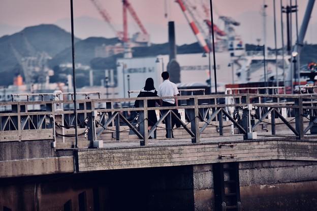 夕暮れの関門海峡 初々しいカップル。。デートかな 20180602