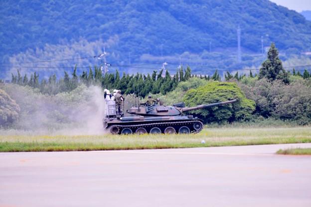写真: 防府基地航空祭 戦車に試乗できる航空祭(2)