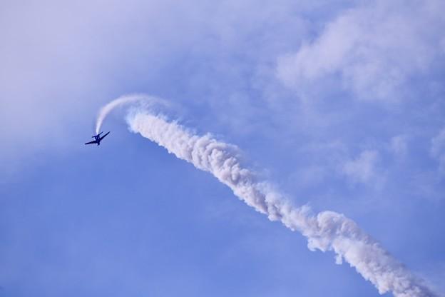 防府基地航空祭 ブルーインパルス5番機バーティカルクライムロール