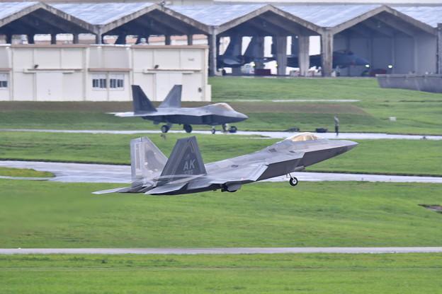 Photos: 嘉手納基地。。午後のローカル F22ラプター上がって(1)  20180618