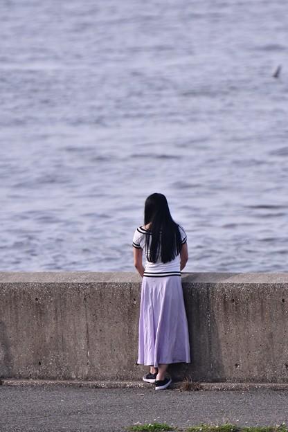 夕方の城南島 旅客機のアプローチを眺める女子。。20180624