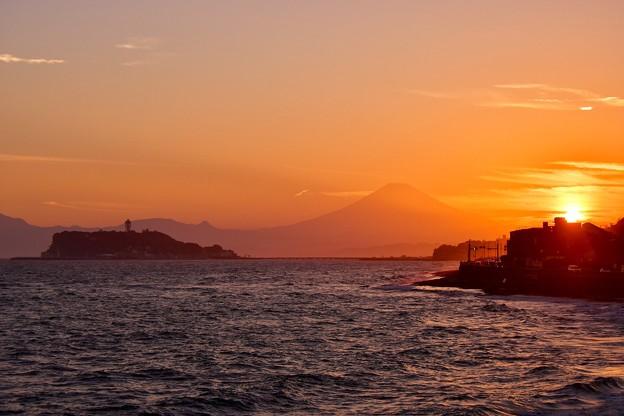 Photos: 2018年振り返って。。夕方の稲村ヶ崎 江ノ島シルエットと富士山シルエット 20180826