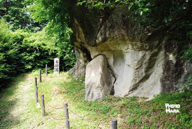 Photos: 大和飛鳥の高松塚古墳の石槨も、二上山の凝灰岩で造られています