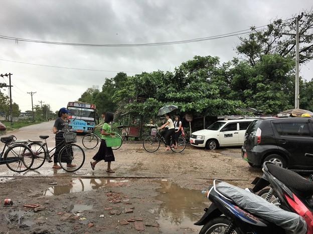 大雨の後の道路 (1)
