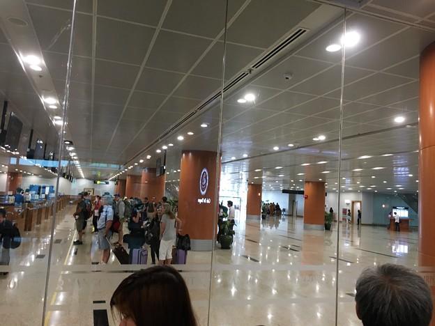 ヤンゴン第一ターミナル 丸見えの入国審査 (3)