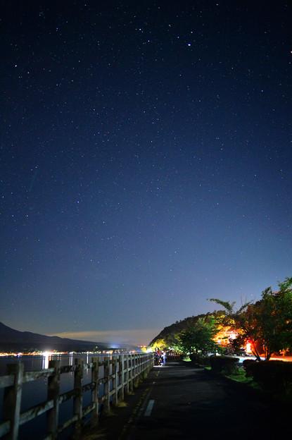 湖畔の星空
