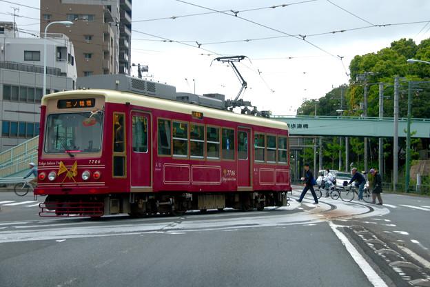 信号待ちする東京さくらトラム(都電荒川線)