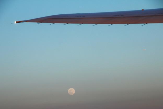 雲の上に昇る月