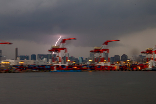 動く船から見た落雷