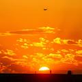 夕日と雲と人と飛行機