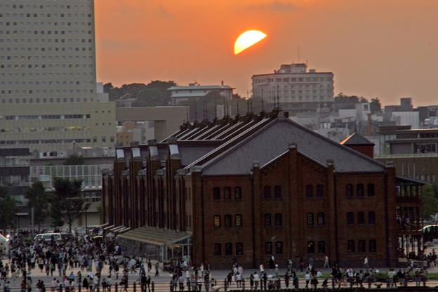 赤レンガ倉庫の後ろは富士山