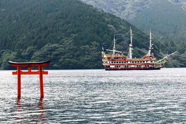九頭竜神社鳥居と海賊船